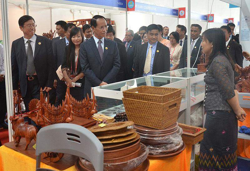 Vice President Dr Sai Mauk Kham inspects a booth featuring Myanmar wares at a trade fair in Nanning.