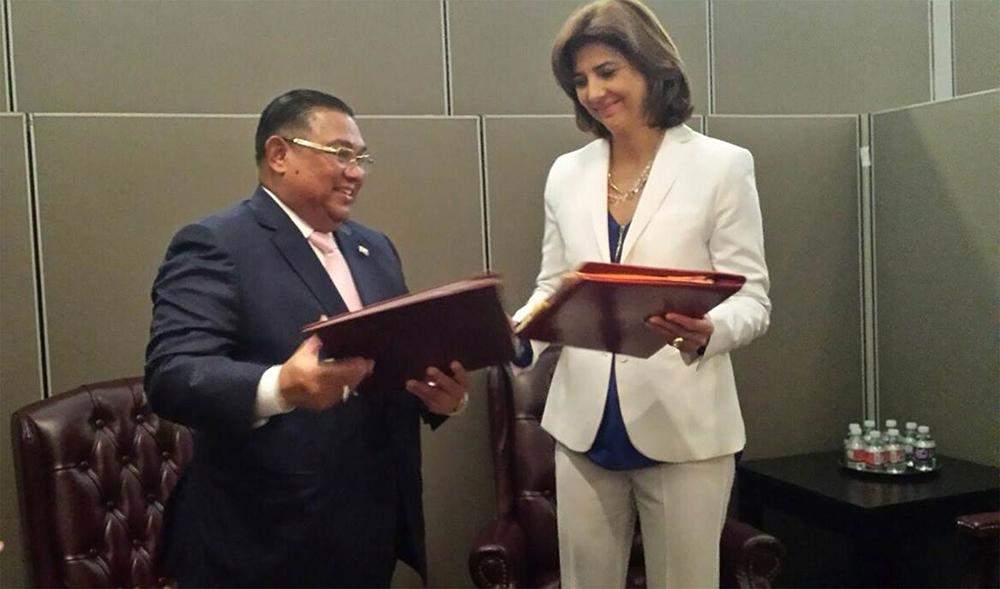 Two Foreign Ministers exchanging MoU on the Technical Cooperation between Myanmar and Colombia. Photo: MOFA