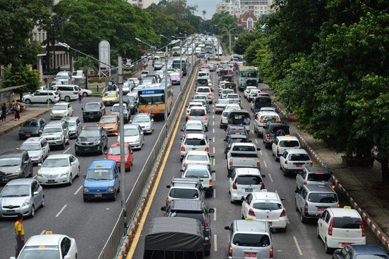 A queue of cars at the traffic light in downtown Yangon. Photo: Ye Myint (GNLM)