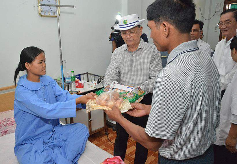 President U Thein Sein presents gifts to a patient at Loikaw Hospital in Kayah State.