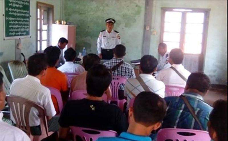 Tarffic police offier explains new automobile law in Dawei.  Photo: Pho Shwe Thun