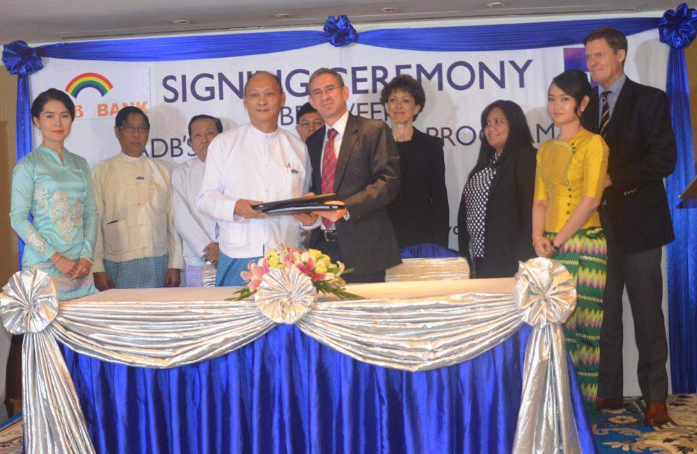 Officials of ADB's trade finance program and CB Bank exchange document after signing agreement on assistance for trade finance cpapcity. Photo: CB BANK
