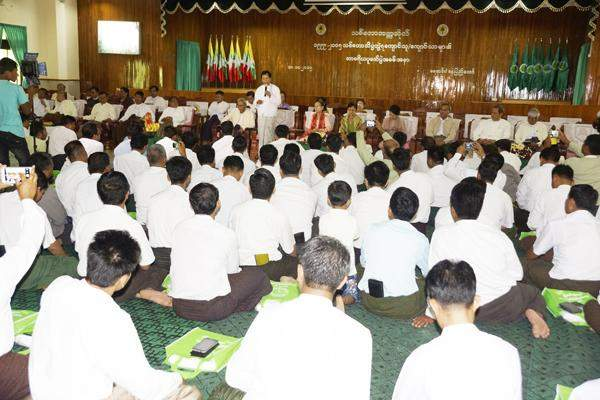 A faculty member gives speech at respect-paying ceremony.  Photo: Shwe Ye Yint /U Aung Ko Ko (IPRD)