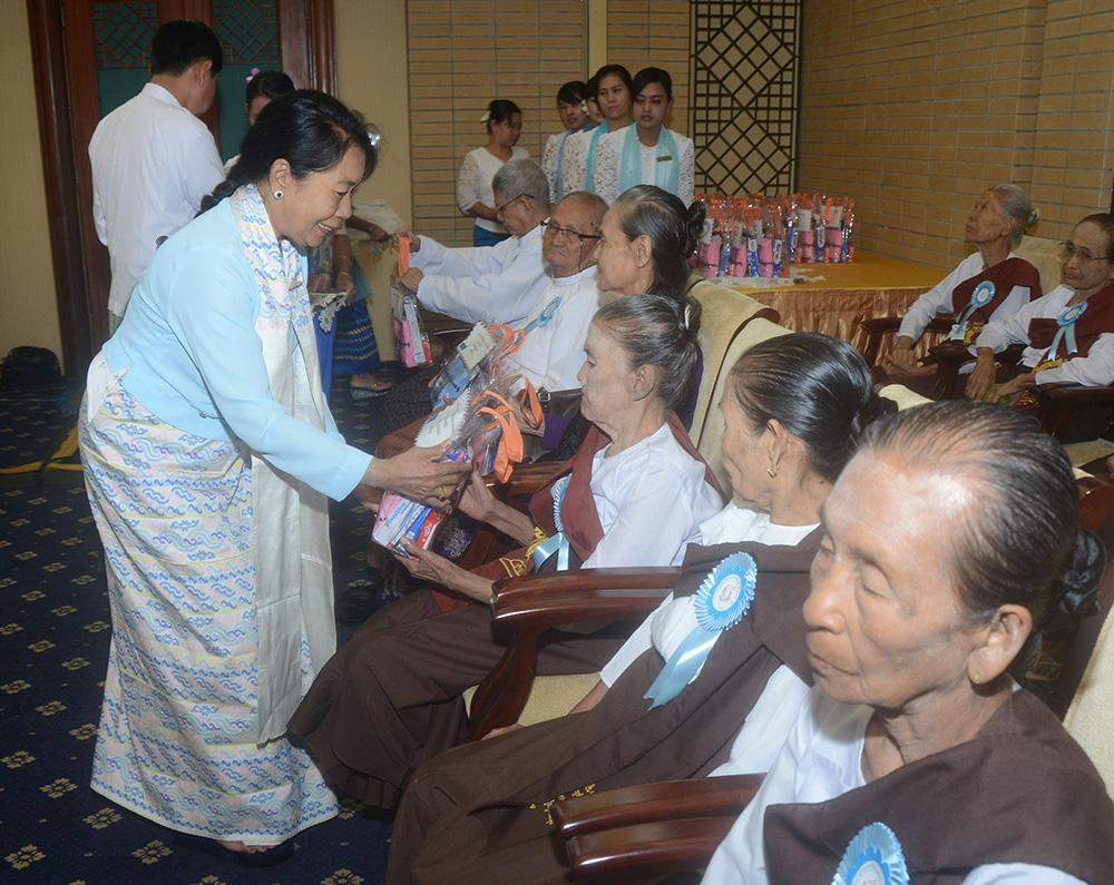 Union Minister Daw Myat Myat Ohn Khin presents gifts to older persons at a cermeony to mark International Day of Older Persons. Photo: MNA