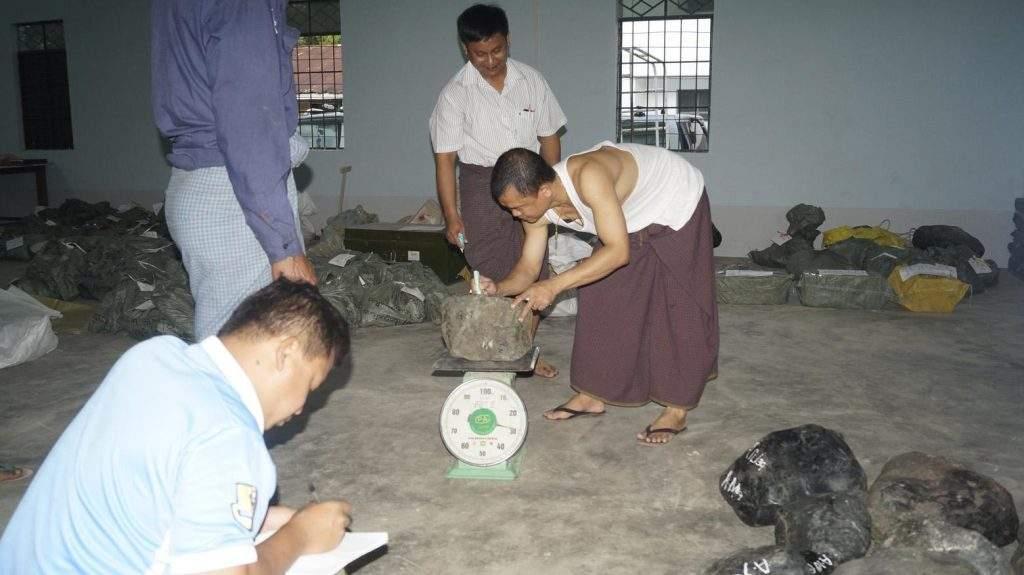 Authorities registered seized jade stones. Photo: muse IPRD