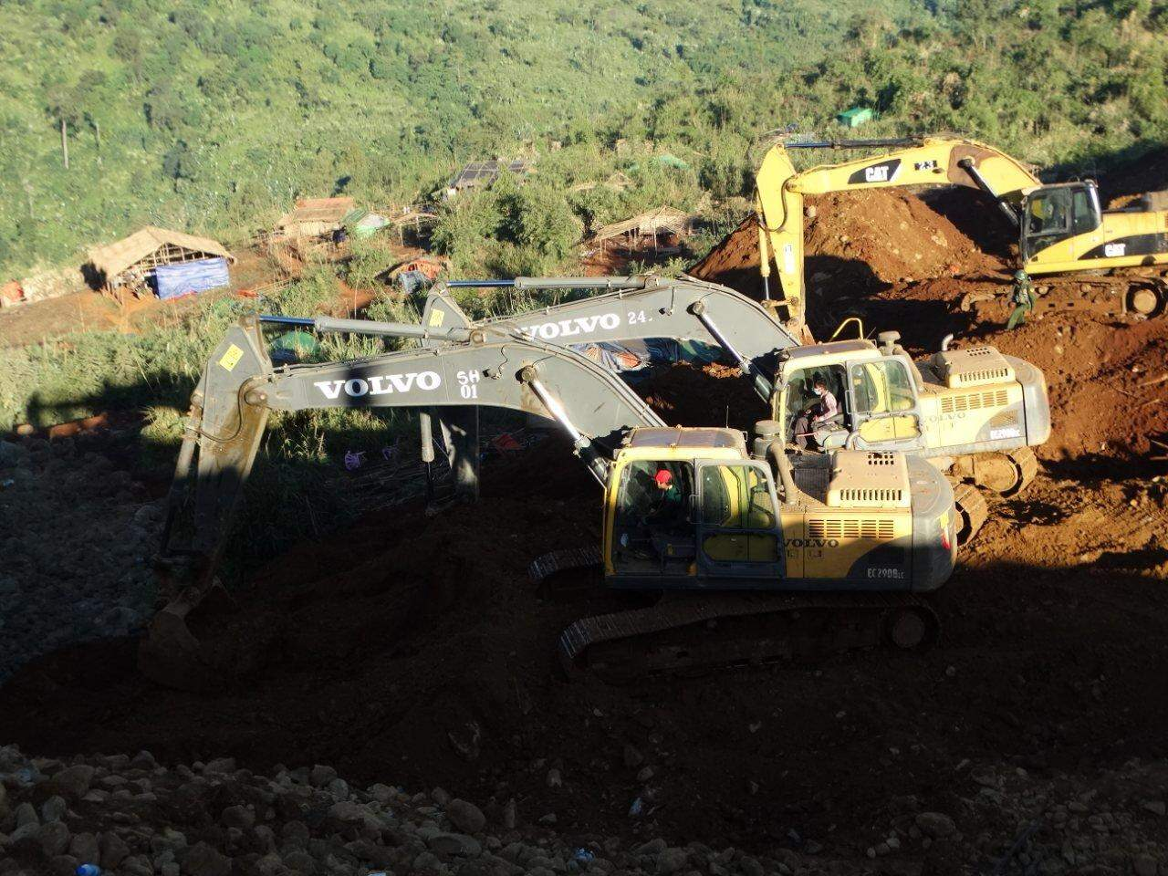 Rescuers searching for under dumped soil of the landslide in Hpakant. Photo: MNA