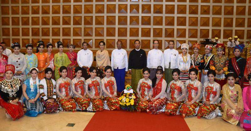 Vice President Dr Sai Mauk Kham poses for photo together with speakers, MPs and artistes at luncheon in honour of MPs. Photo: MNA