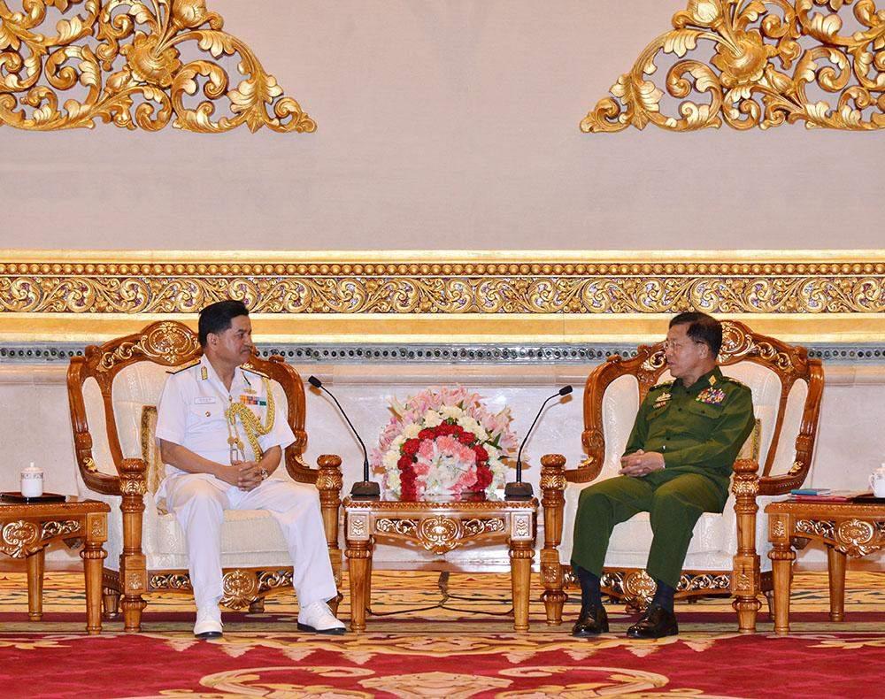 Senior General Min Aung Hlaing meets Vice Admiral HCS Bisht, AVSM, the Director-General of the Indian Coast Guard. Photo: Myawady