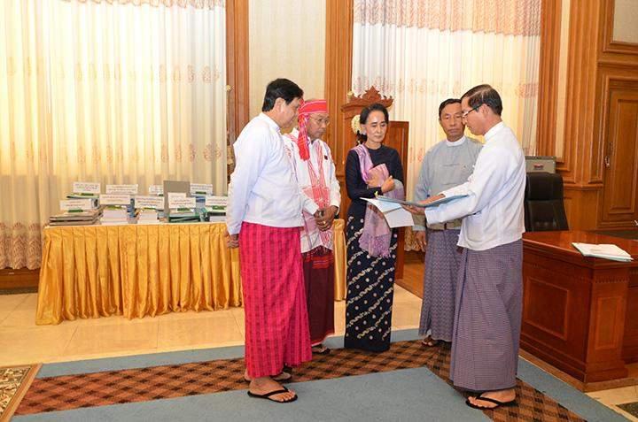Thura U Shwe Mann hands over parliamentary procedures to incoming Pyidaungsu Hluttaw Speaker U Mann Win Khaing Than.