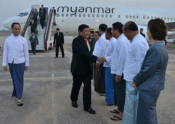 Vice President U Nyan Tun being welcomed upon arrival back in Nay Pyi Taw.