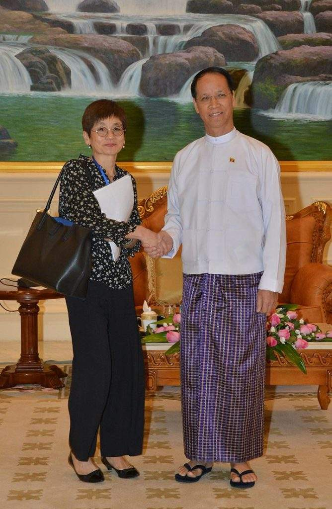 Vice-President Dr Sai Mauk Kham shakes hands with  Ms. Yoriko Yasukawa, director of UNFPA's Asia-Pacific Regional Office.