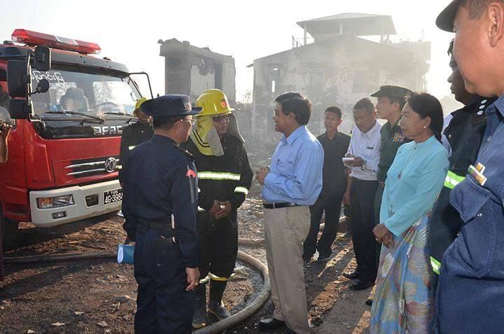 Vice President U Nyan Tun assists in helping fire victims in Labutta.