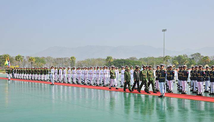 Senior General Min Aung Hlaing and Chief of the Defence Services of the Royal Thai Army General Sommai Kaotira inspect the Guard of Honour in Nay Pyi Taw.