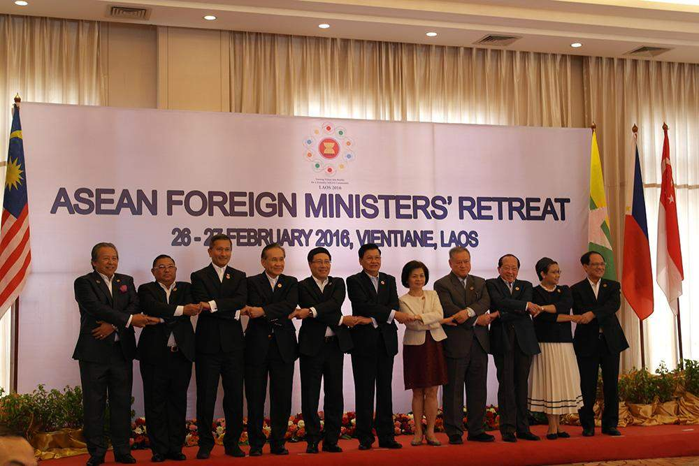 Foreign ministers from ASEAN countries pose for photo in ASEAN way. Photo: Foreign Affairs Ministry