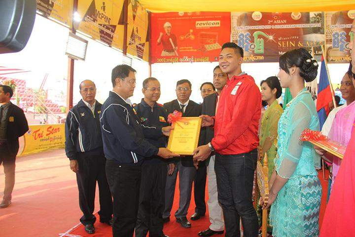 Union Minister U Tint Hsan presents a certificate of hounour to a judge.