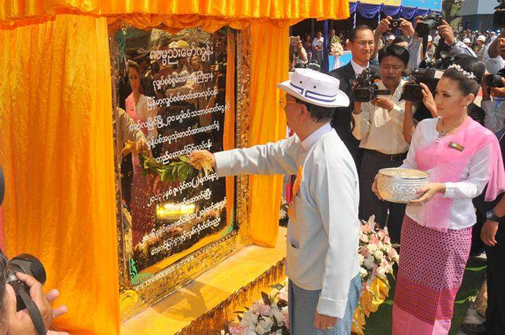 President U Thein Sein sprinkles scented water on the plaque of Gas & Biomass Power Plant in Mawlamyine.