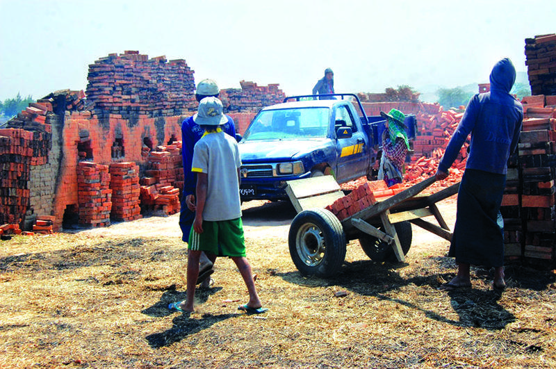 Workers in an earthen brick workplace in Thahton Township. Photo: The Oo (Thathon)