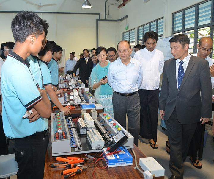 President U Thein Sein visits the Singapore-Myanmar Vocational Training Institute.
