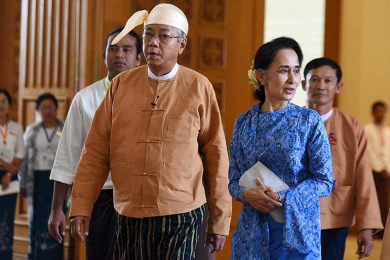 President U Htin Kyaw and  Daw Aung San Suu Kyi enter parliament in Naypyitaw on 30 March.