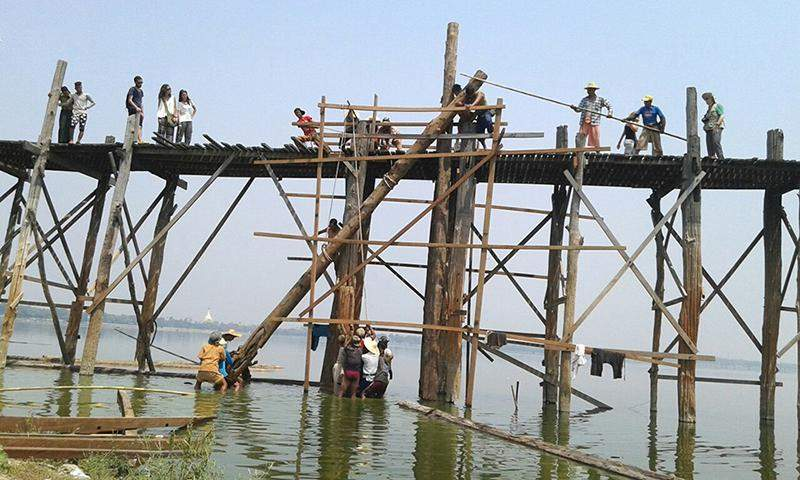 U Pein Bridge being repaired. Photo: Aung Thant Khaing