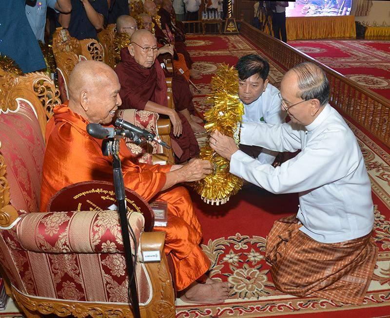 President presents offertories to Bhamo Sayadaw Dr Bhaddanta Kumarabhivamsa. Photo: MNA