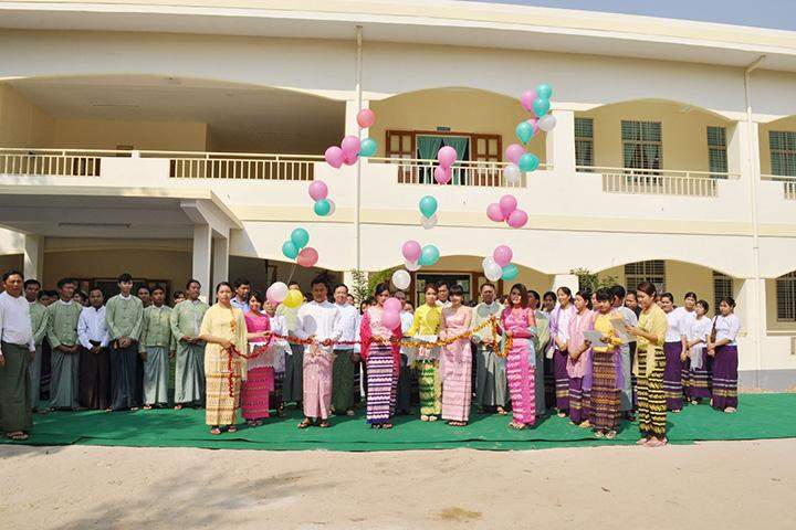 Students of University of Veterinary Science formally open the new facility as Deputy Minister Dr Aung Myat Oo attends the ceremony.