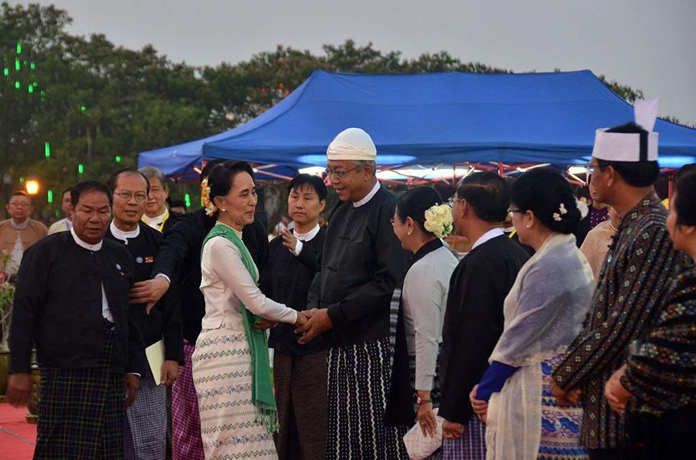President U Htin Kyaw shakes hands with Daw Aung San Suu Kyi at the inaugural dinner. Photo: MNA