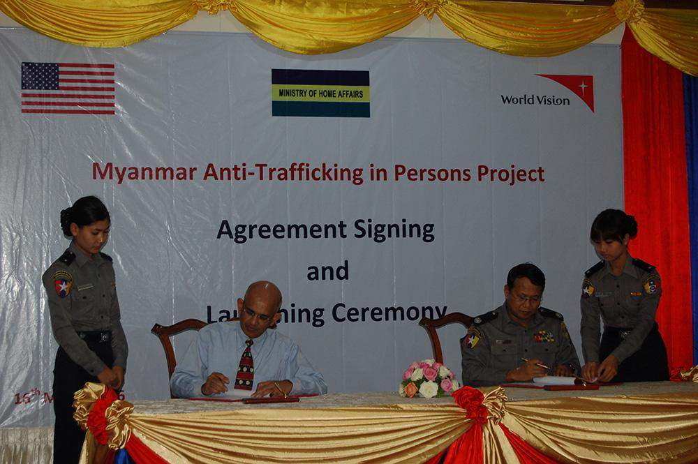 Police Brig-Gen Win Naing Tun (R) and Mr Suresh Barlett of WorldVision (Myanmar) sign agreement Photo. Photo: MNA