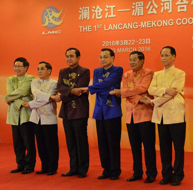 Vice-President Dr Sai Mauk Kham poses for photo together with Chinese Premier Li Keqiang and leaders of the Mekong River countries. Photo: MNA
