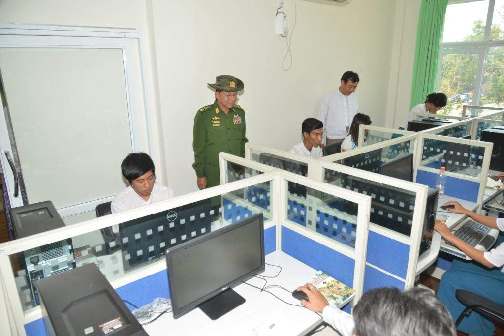 Senior General Min Aung Hlaing visits e-library after the library is opened. Photo: Myawady