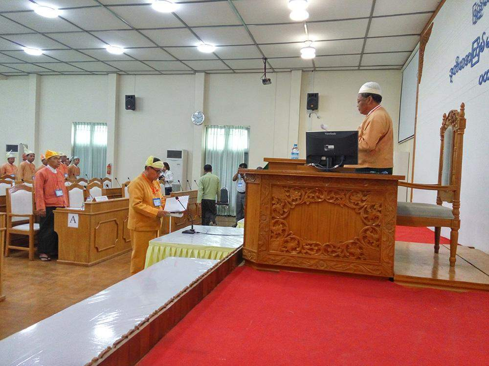 Ethnic Affairs Minister Sai Kyaw Zaw takes the oath at Mandalay Region Parliament. Photo: Aung Thant Khaing