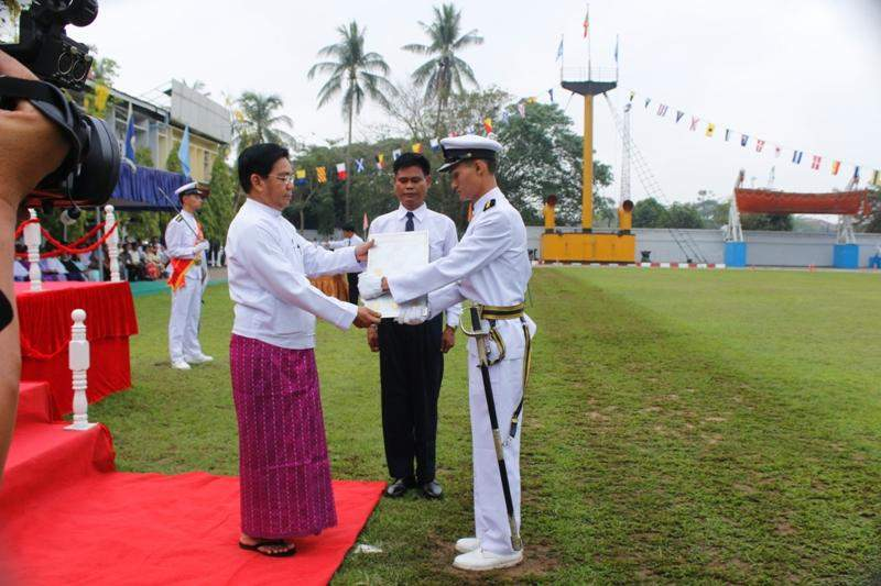 Union Minister U Nyan Tun Aung presents award to an outstanding cadet of Myanmar Mercantile Marine College.  Photo: Ministry of Transport