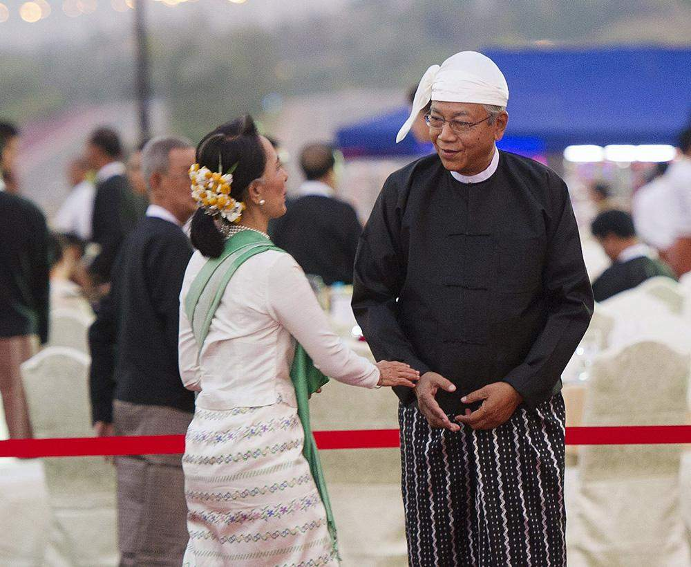 President U Htin Kyaw welcomes Daw Aung San Suu Kyi at the dinner reception on 30 March 2016. Photo: Reuters