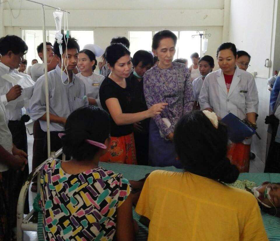 State Counsellor Daw Aung San Suu Kyi comforts visit Nay Pyi Taw General Hospital. Photo: Dr. SNL