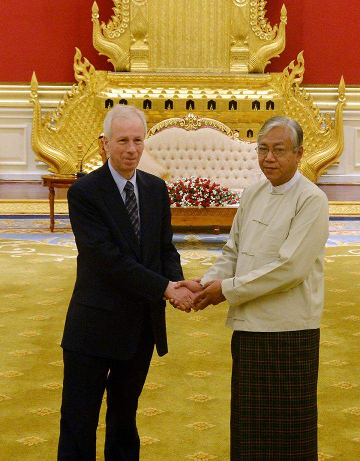 President U Htin Kyaw welcomes Canadian Foreign Minister Stéphane Dion.