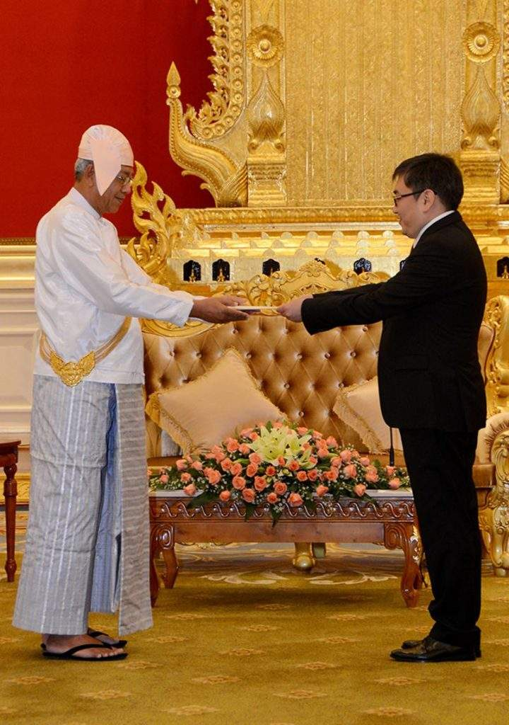 President U Htin Kyaw accepts credentials presented by H E Mr Tugsbilguun Tumurkhuleg, the newly accredited Ambassador of Mongolia to Myanmar in Nay Pyi Taw.