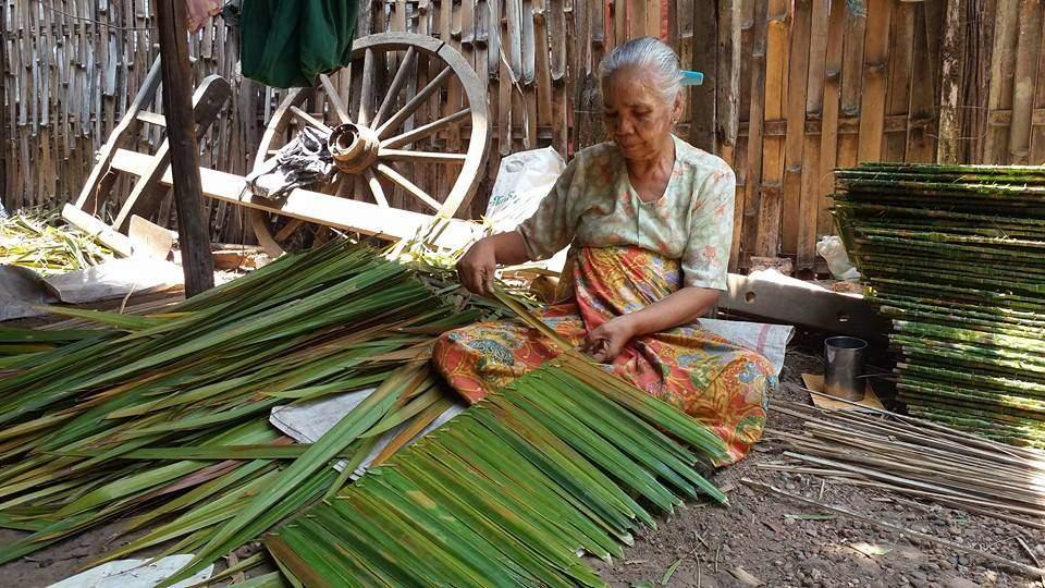 A woman makes nipa palm thatch in Kyauktan. Photo: Myitmakha News Agency