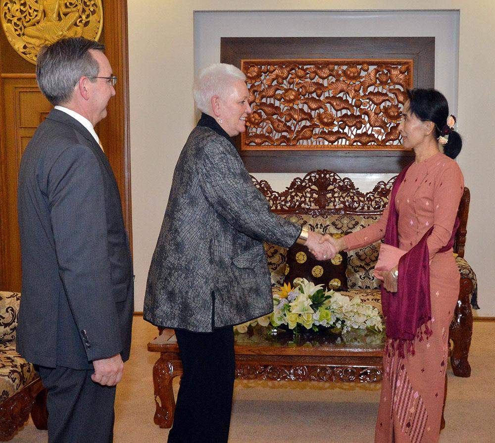 Foreign Minister Daw Aung San Suu Kyi welcomes Ms Gayle Smith, administrator of the US Agency for International Development. Photo: MNA