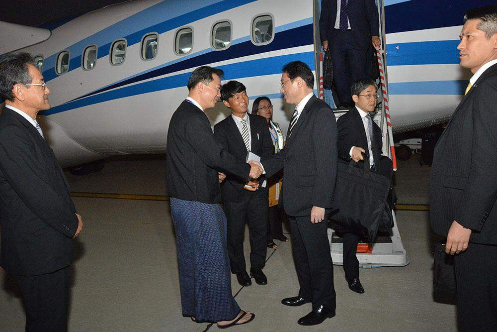 Foreign Minister Mr Fumio Kishida is welcomed by U Kyaw Zeya, Director-General of the Political Affairs Department. Photo: MNA