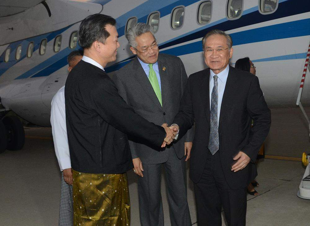 Thai Foreign Minister Mr Don Pramudwinai is welcomed at Nay Pyi Taw Airport by an official of Foreign Affairs Ministry. Photo: MNA
