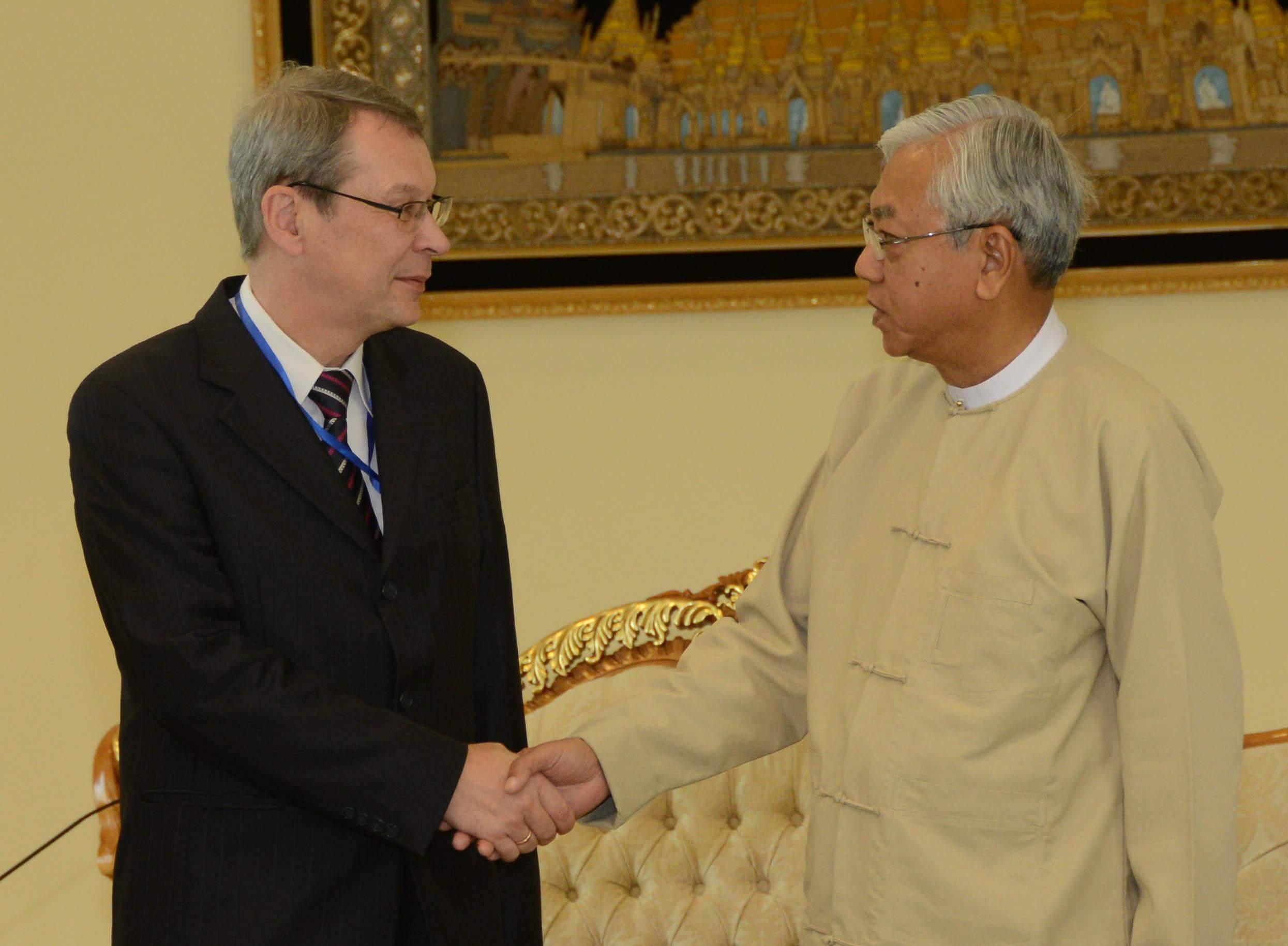 President U Htin Kyaw shakes hands with Mr. Vasily B. Pospelov. Photo: MNA