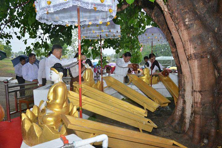 Senior General Min Aung Hlaing and wife pour water onto the Bodhi Tree in Nay Pyi Taw.