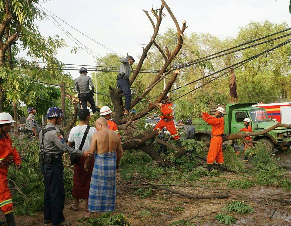 Police, fire fighters and volunteers clear havoc in Wundwin. Photo: Htay Hlaing (Wundwin)
