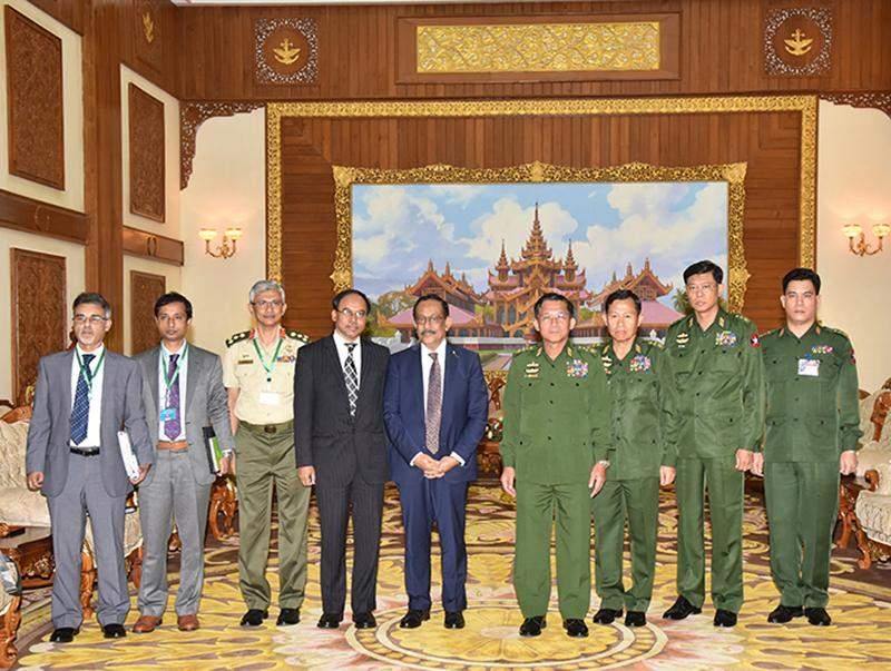 Senior General Min Aung Hlaing posing for a group photo with Bangladeshi delegation.