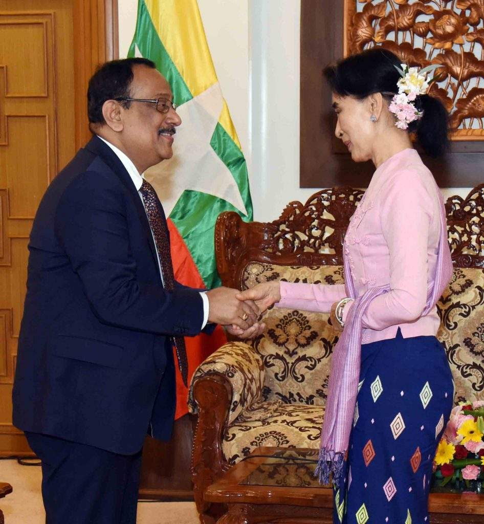 State Counsellor Daw Aung San Suu Kyi shakes hands with Bangladeshi Prime Minister's Special Envoy Foreign Secretary Mr. Md. Shahidul Haque in Nay Pyi Taw. Photo: MNA