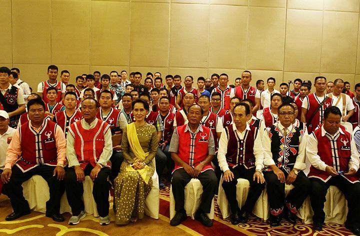 Daw Aung San Suu Kyi poses for photo with youths and leaders of Wa.