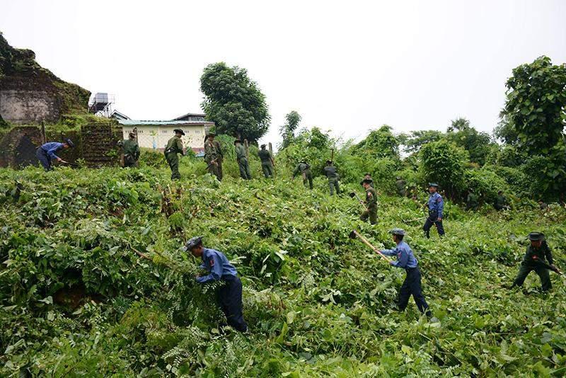 Tatmadaw members of Thanlyin Station and Yangon Station of Yangon Command clearing bushes.