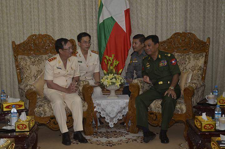 Lt-Gen Kyaw Swe receives Snr Lt-Gen Nguyen Van Thanh.