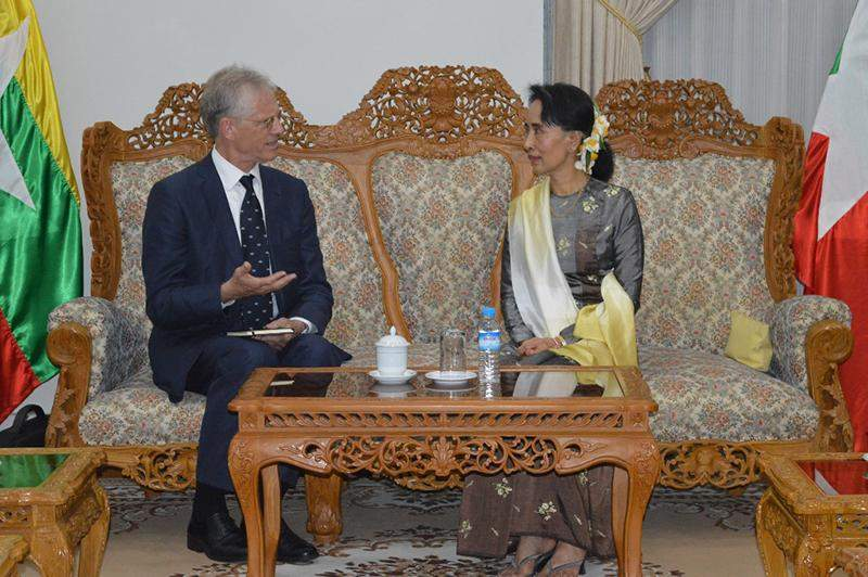 State Counsellor Daw Aung San Suu Kyi holds talks with  Pro-Vice Chancellor Professor Nick Rawlins of Oxford University. Photo: MNA