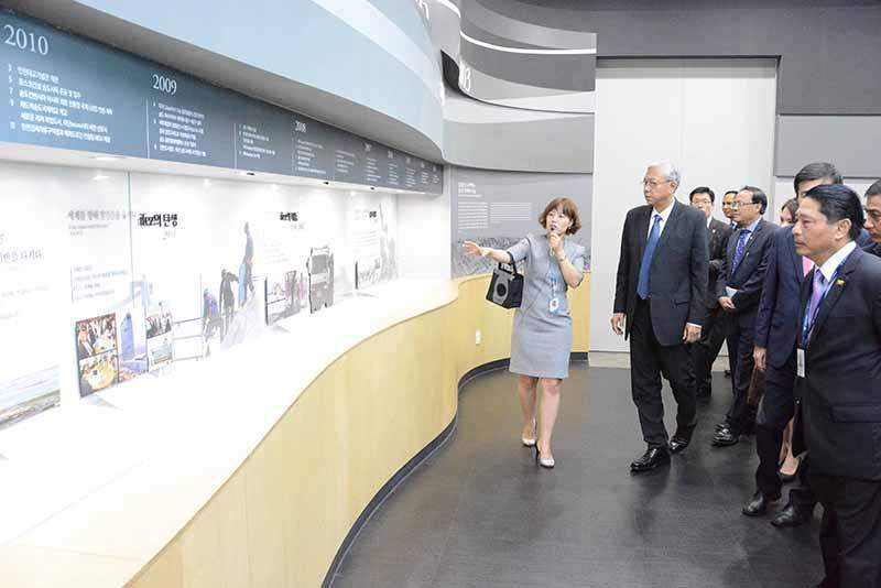 President U Htin Kyaw observing the G-Tower in Republic of Korea.